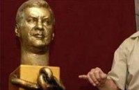 Януковича вырезали из мрамора