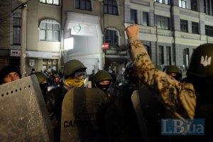МВД: активисты повредили бензобак и сняли номера с милицейского авто под Подольским райсудом