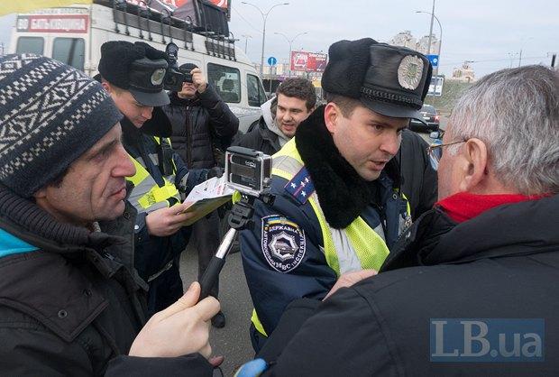 У Московского моста колонну Автомайдана остановили сотрудники ГАИ