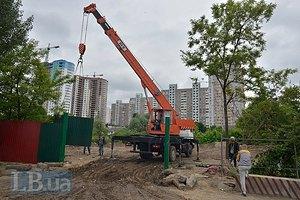 Затройщик демонтровал забор вокруг озера с утятами на Позняках