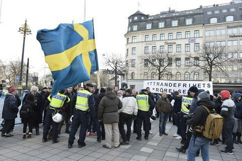 УСтокгольмі близько сотні людей вмасках атакували мігрантів