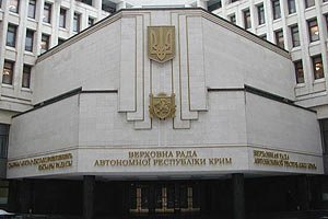 """Захватчики крымского парламента вооружены """"калашами"""" и гранатометами"""