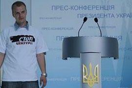 "Януковичу подарили футболку ""Стоп Цензуре!"""