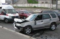У Києві автомобіль врізався у відбійник, винуватець зник