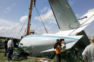 Три людини перебувають у тяжкому стані після посадки літака під Києвом