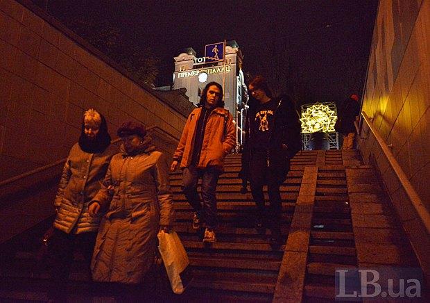 Світлова інсталяція замінила Леніна на постаменті в центрі Києва (фото)