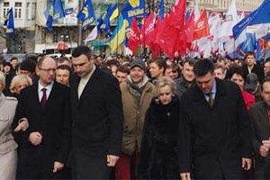 К митингующим вышли лидеры оппозиции