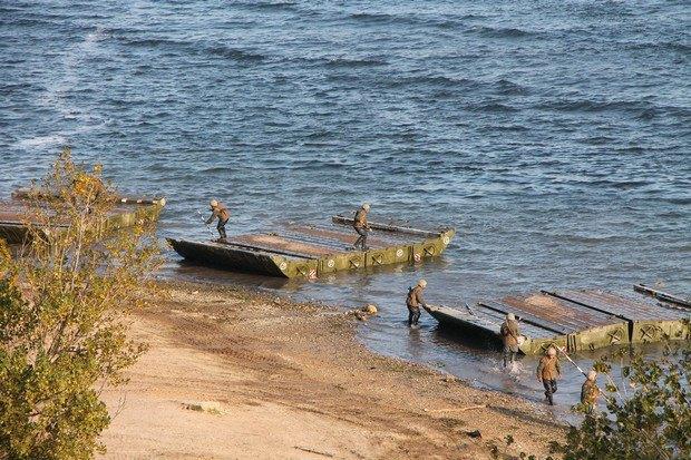 Военные провели учения понаведению понтонной переправы через Днепр