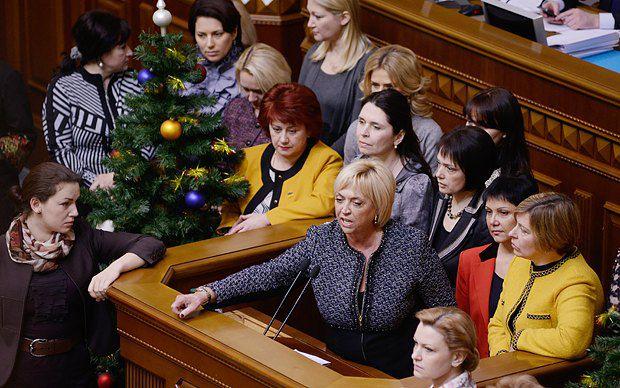 В парламенте оппозиционные женщины-депутаты не делят себя на «сердечных» и «ударных» - Агафонова также вышла к трибуне в поддержку Юлии Тимошенко