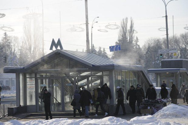 Замерзающие прячутся от холодов в метро