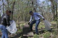 Посол США убрал мусор в киевском парке