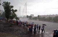 У Києві під дощем запустили реконструйовані фонтани на Русанівці