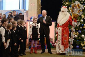 Азаров отказал украинцам в новогодних каникулах