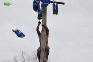 В Луганской области людей заставили залазить на столб за пакетами Партии регионов