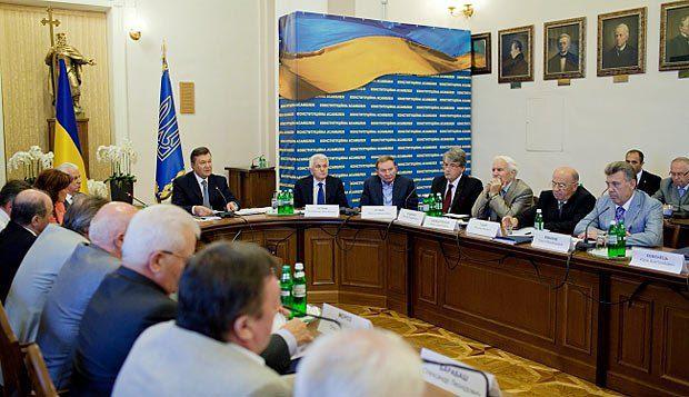 Янукович собрал на первом заседании Конституционной ассамблеи всех президентов