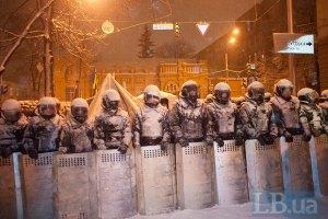 Милиция окружила палаточный городок на улице Шелковичной
