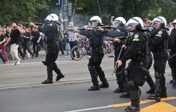 Варшавская полиция пытается разогнать массовую драку болельщиков