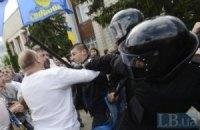 Противник языкового закона приковал себя к перилам Запорожской ОГА