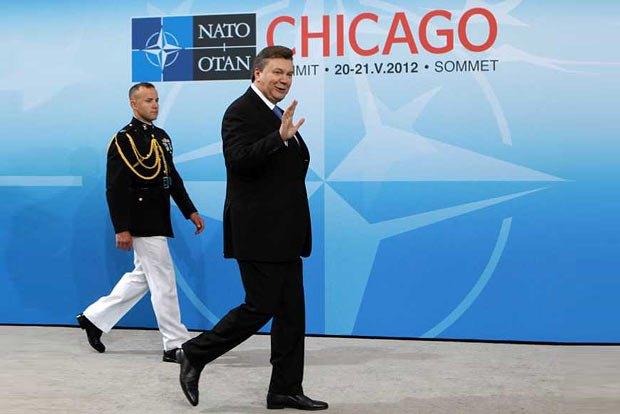 Янукович с радостью принял приглашение на саммит НАТО в Чикаго