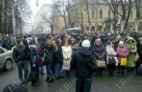 На Банковой в Киеве собрали колонну из бабушек и студентов