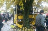 Маршрутка врезалась в дерево во Львове, в больницу попали 13 человек