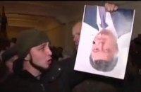 Захватчика винницкой ОГА, порвавшего портрет Порошенко, посадили на 4,5 года