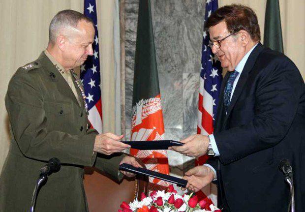 Командующий американскими военными силами в Афганистане (слева) и министр обороны Афганистана обмениваются документами после подписания меморандума