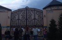 Ахметову разрисовали забор дома в Конча-Заспе
