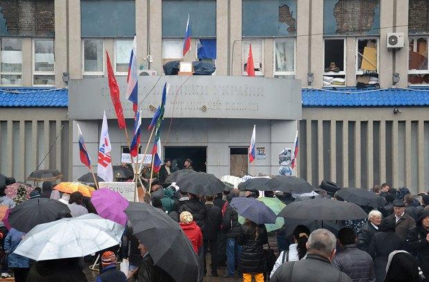 Перед зданием СБУ 10 апреля