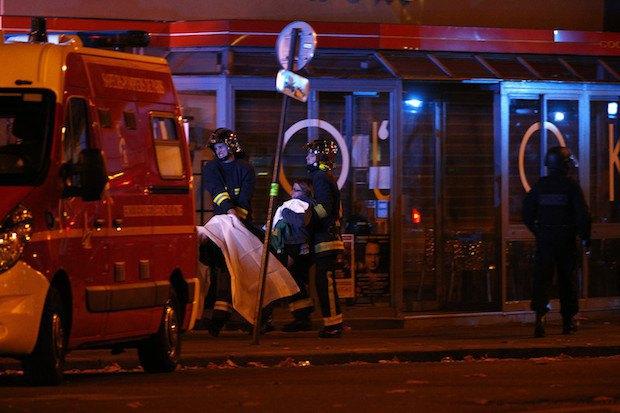 Эвакуация раненых возле концертного зала Батаклан