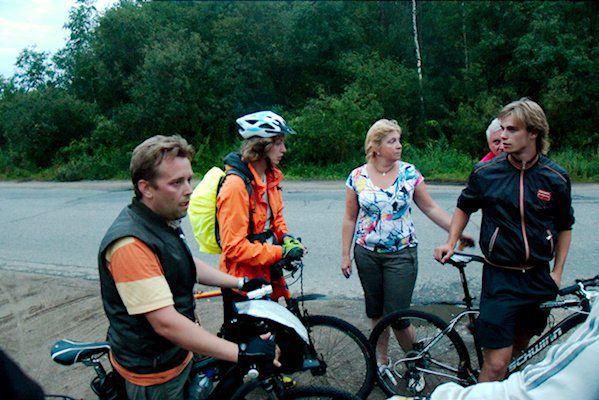 Дмитро Соколов-Мітріч(крайній лівий), Ліза з Форбсу та інші учасники велопробігу