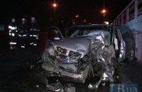 В Киеве на Наднепрянском шоссе такси врезалось в мусоровоз