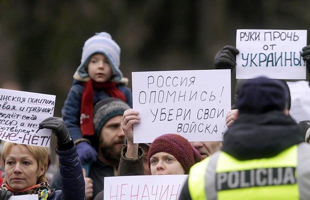 Латвійці влаштували акцію на підтримку України і закликали Путіна припинити військову діяльність в Криму біля російського посольства в Ризі, Латвія, 02 березня 2014 р.