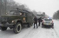 Снежная лавина заблокировала одну полосу дороги Мукачево - Ивано-Франковск