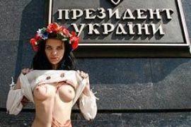 """Активистку FEMEN """"поцарапал"""" медведь"""