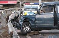 В Киеве ВАЗ разбил две машины и снес металлический отбойник