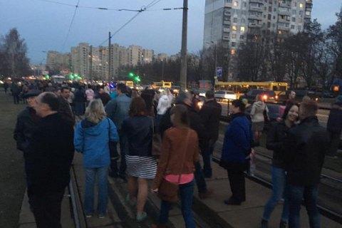 В Киеве жители Борщаговки перекрыли трамвайные пути и бульвар Кольцова