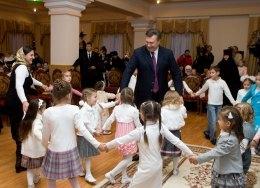 Янукович подарил автобус детскому дому