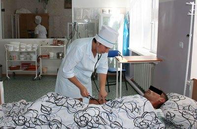 Медсестра Ирина Чунина контролирует артериальное давление одного из пациентов наркодиспансера в Славянске, Донец обл.