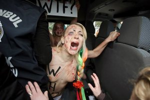 """""""Свободовцы"""" пообещали восстановить крест после """"работы"""" Femen"""