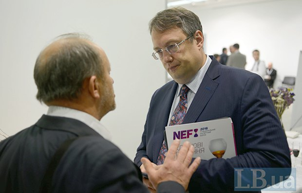 Советник министра МВД Антон Геращенко (справа)