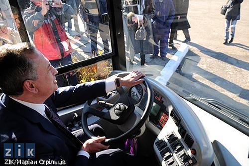 Колесников решил покататься за рулем автобуса, который подарили Донецку к Евро-2012, однако столкнулся...