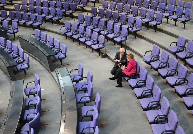 Ангела Меркель беседует с главой фракции ХДС в Бундестаге