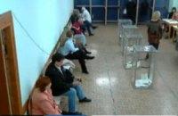 """В Ялте голосуют """"открытым"""" способом - на кабинках нет штор"""