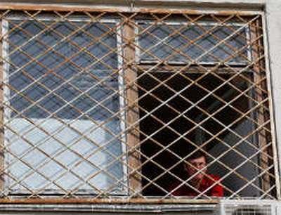 Главврач утверждает, что окна в палате Луценко металлопластиковые (фото сделано 15 апреля)