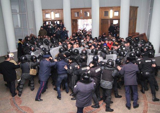 Силовой захват власти в городах Украины - это тренд?