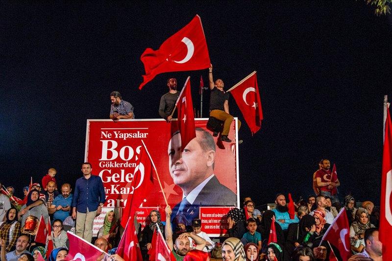 Каждую ночь в районе Уксюдар возле большого двухэтажного дома президента Эрдогана собирается толпа его сторонников.