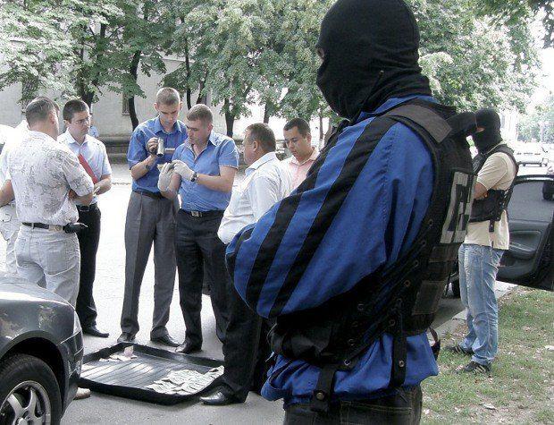 """В 20 метрах от здания ОГА """"принимают"""" помощника прокурора"""