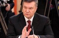 Активисты от оппозиции показали Януковичу красную карточку