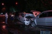 """В Киеве Mercedes выехал на """"встречку"""" и разбил два автомобиля"""